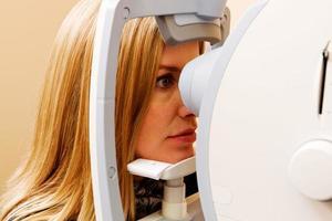 Frau mit Augenuntersuchung abgeschlossen