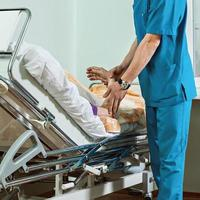 Der Arzt überprüft den Puls eines Patienten. foto