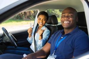 afrikanische Frau hat ihre Fahrprüfung bestanden foto