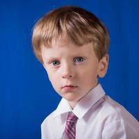 Porträt des Jungen der Blondine mit blauen Augen foto