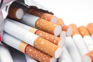 Nahaufnahme eines Zigarettenhaufens foto