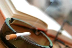 Zigarette im Aschenbecher - Nahaufnahme foto