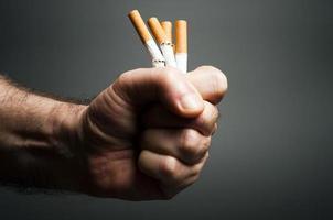 Zigaretten in der Faust