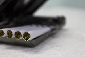 Zigaretten und Koffer foto