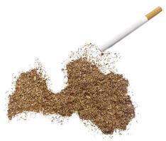 Zigarette und Tabak in Lettlandform (Serie) foto