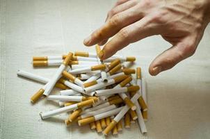 nach Zigaretten greifen foto