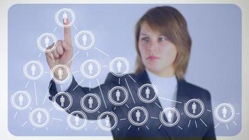 Geschäftsfrau hinter der Analyse von sozialen Netzwerken foto