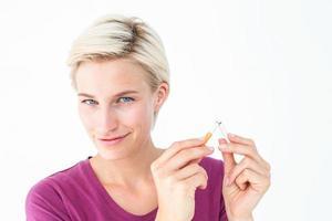 hübsche Blondine, die Zigarette bricht foto