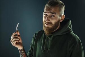 Porträt eines jungen Mannes, der mit dem Rauchen aufhört