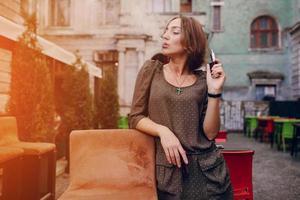Mädchen mit E-Zigarette foto