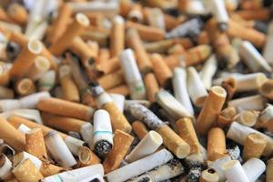 viele Zigarettenkippen für Hintergründe foto
