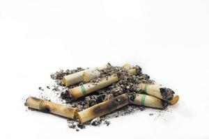 Zigarette lokalisiert auf einem weißen Hintergrund mit Beschneidungspfad foto