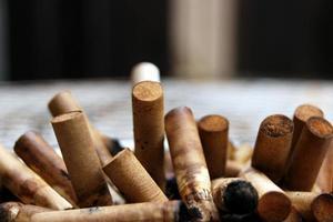 gebrauchte Zigarettenkippen foto