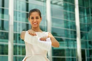 junge Geschäftsfrau zerreißt Seiten des Vertrags lächelnd
