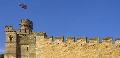 alte englische Stadtmauer mit Union Jack Flagge