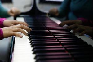 Teenager, der auf einem Klavier auftritt