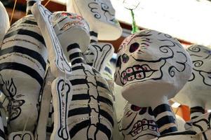 hängende Skelette auf mexikanischem Markt foto