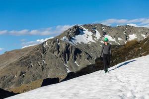 junge erwachsene Frauen, die oben auf dem Berg wandern foto