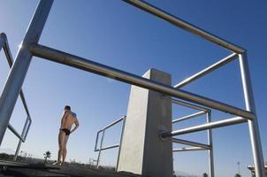 Schwimmer stehend auf Sprungbrett foto