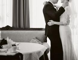 junges Hochzeitspaar umarmt.