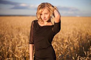 Frau in einem Getreidefeld foto