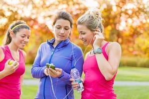 Freundschaft und Fitness im Park foto