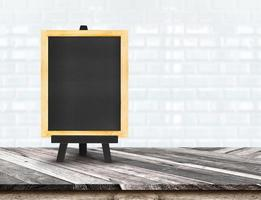 Menütafel auf diagonaler Holztischplatte bei unscharfen Fliesen foto