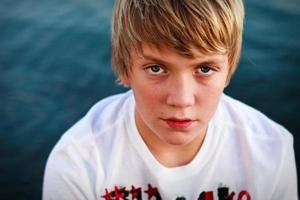 Porträt eines jugendlich Jungen foto