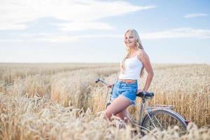 junges Mädchen lächelt auf dem Feld foto