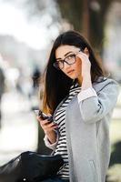 Modell mitten in der Stadt mit Telefon foto