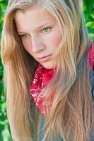 blondes jugendlich Mädchen mit rotem Kopftuch - viii foto