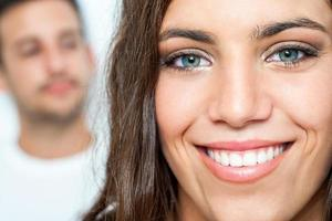Gesichtsporträt des Teenagers mit zahnigem Lächeln foto
