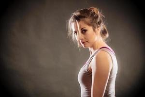 Porträt junge Frau Teen Mädchen auf schwarz foto