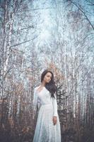 schöne Dame in einem Birkenwald