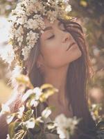 romantische Dame in einem Kranz von Apfelbäumen