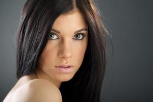 Frau mit Schönheit langen braunen Haaren foto