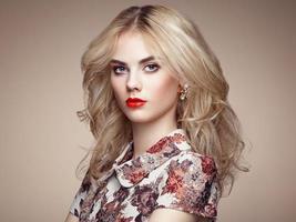 Porträt der schönen sinnlichen Frau mit eleganter Frisur