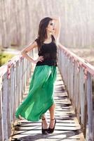 Frau, die langes Kleid in einer ländlichen Brücke trägt