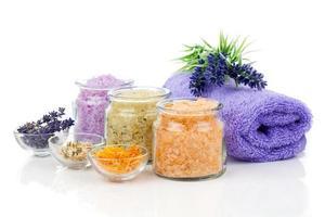 verschiedene Arten von Badesalz mit Blumen foto