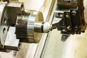 Bedienereinstellung Null des Schneidwerkzeugs vor der CNC-Drehmaschine foto