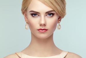 Porträt der schönen sinnlichen Frau mit eleganter Frisur foto