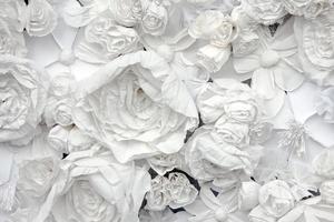 dekorativer Hintergrund von weißen Papierblumen foto