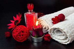 rote romantische Kerze und Wellness Zeug foto