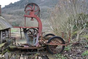 vieille scie à bois mécanique à l'abandon foto