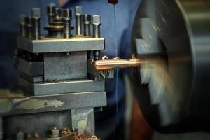 Metallbearbeitungsdrehmaschine in Betrieb