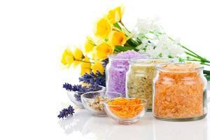 verschiedene Arten von Badesalz mit Blumen