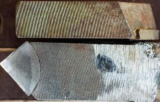 Teil eines alten abgenutzten Stahldrehmaschinenwerkzeugs foto