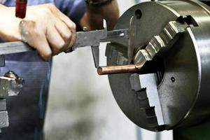 Metallbearbeitungsdrehmaschine in Betrieb foto