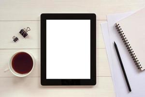 Tablette mit weißem leerem leerem Bildschirm auf Holztisch
