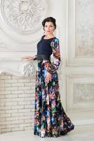 Frau im langen attraktiven bunten Kleid im Innenraum